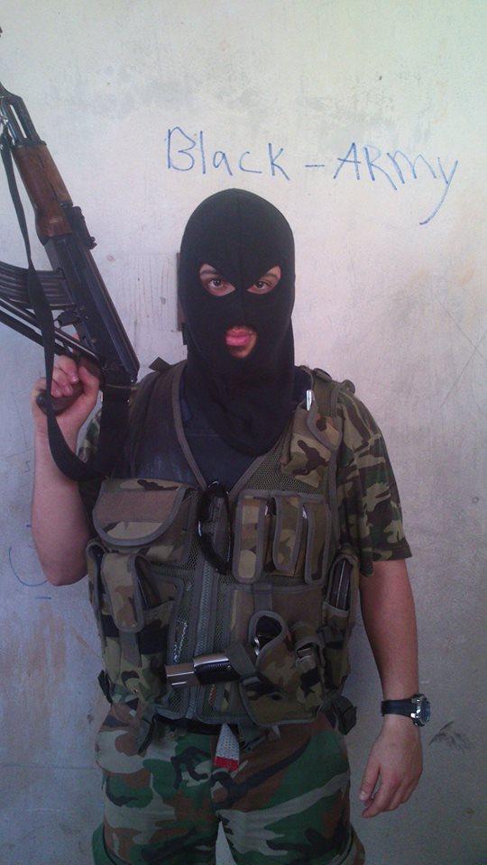 Ahmed Samsam sender en hilsen til Vollsmose-vennerne i banden Black Army.