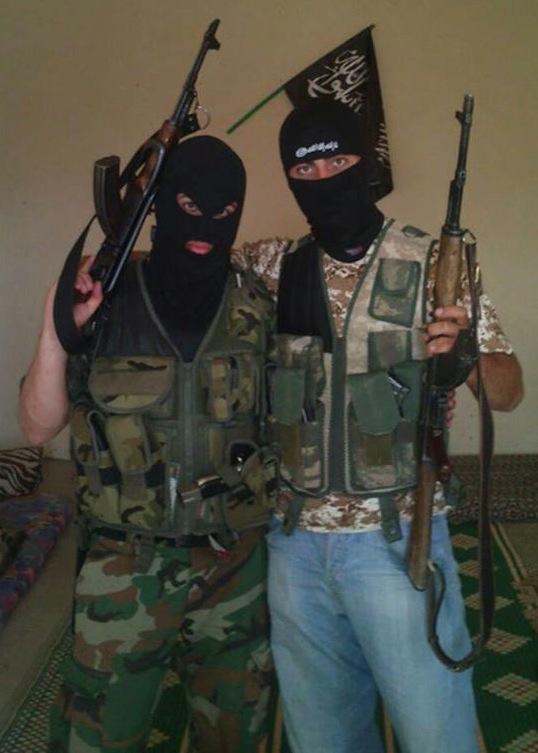 Ahmed Samsam fra Vollsmose sammen med Özgür Deveci fra Hedehusene i Ar-Raqqah, Syrien og med jihad-flag i baggrunden.