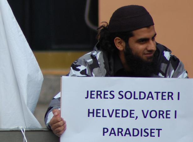 Abu Khattab ved Christiansborg. Statsministeren vil nu sende danske tropper til Syrien, for at hjælpe Abu og hans venner til magten.
