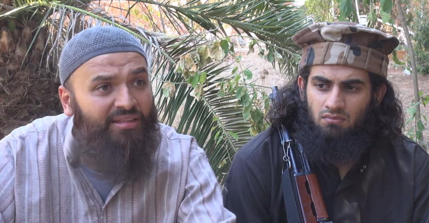 Shiraz Tariq (tv.) med Abu Khattab (th.) i en af deres mange videoer fra Syrien.