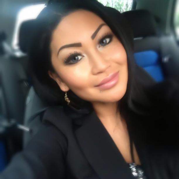 Søsteren Kamilla Chau, der ubetinget støtter sin bror. Hvordan kan man tillade sig, at rejse til et fremmed land og med vold og terror kæmpe for indførelse af et kvindeundertrykkende kalifat med sharia, når ens egen søster lever i Danmark med løst hår, make-up og pudder, og er kendt i hele Aarhus som den største luder?
