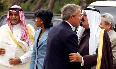 George Bush havde et særlig intimt forhold til Saudi-Arabiens Kong Abdullah Al-Saud, hvor gåture hånd i hånd og tætte kys var inkluderet.