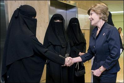 Laura Welch Bush har ofte været den eneste kvinde i Saudi-Arabien uden burka.