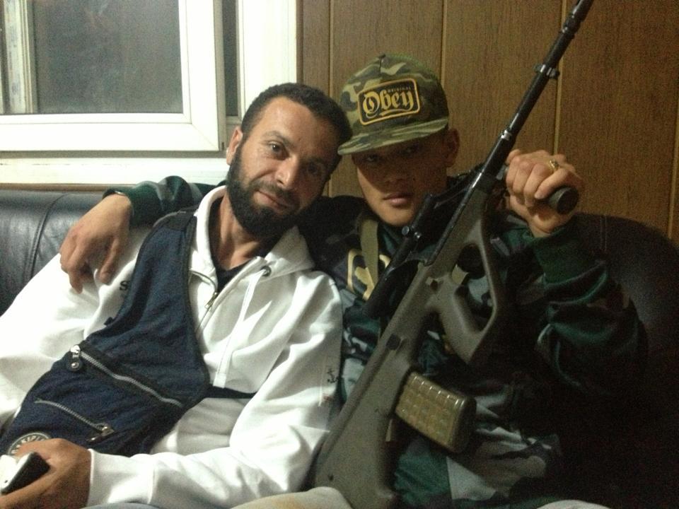Michael Chau fra Aarhus (th.) med en østrigsk Steyr AUG (5.56mm.) i Syrien. Michael Chau har gentagne gange erklæret støtte til al-Qaeda.