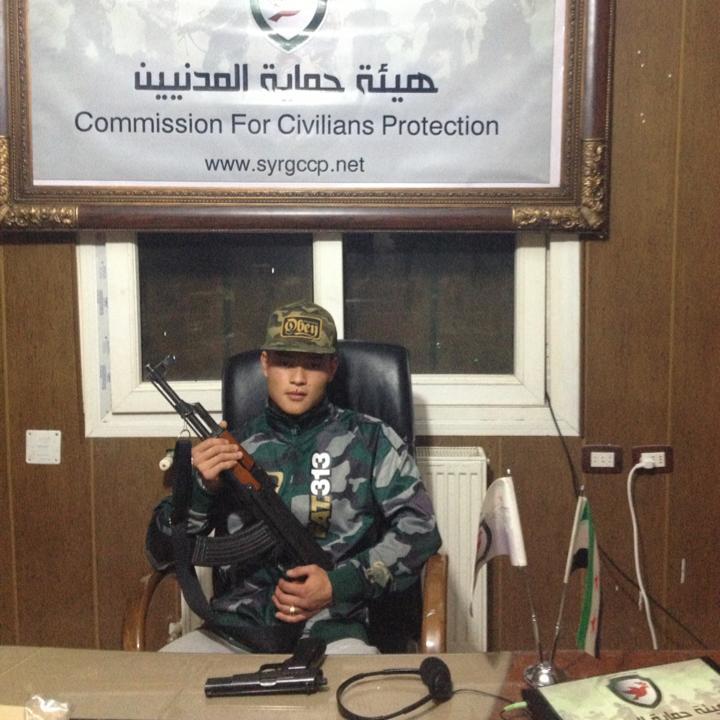 """Michael Chau til selskab hos den såkaldte """"Commission for Civilians Protection"""" med en AK-47."""