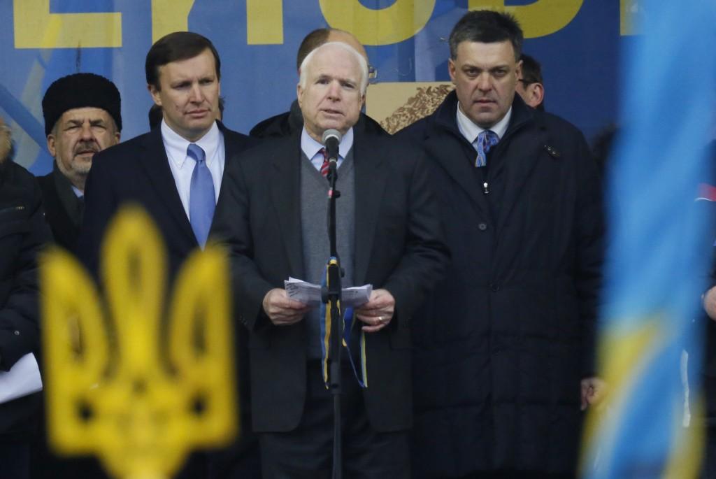 John McCain (midten) med fascisten Oleh Tyahnybok, der er leder af det fascistiske oppositionsparti Svoboda.
