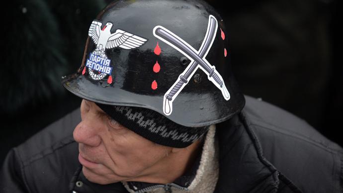 Ekstremist med nazi-hjelm klar til kamp mod Politiet.