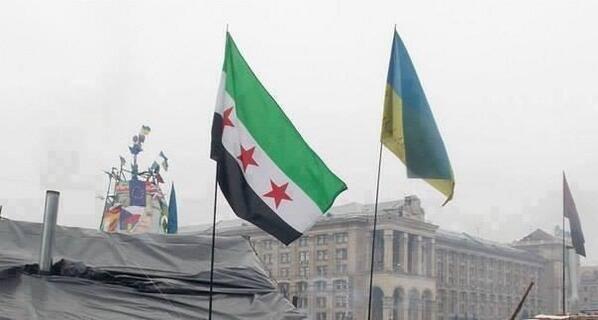 Det gamle franske koloni-flag for Syrien, der idag anvendes af den såkaldte syriske opposition. Her ved siden af Ukraines flag i Kiev med EU's flag i baggrunden.