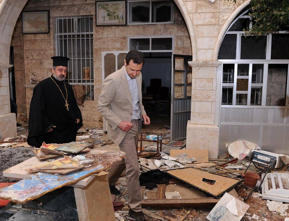 Præsidenten ser på skaderne fra terroristernes mange nedslag af vestlige mortér-granater over den lille gamle kristne by.