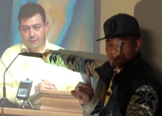 Michael Chau med en kniv for et billede af Ahmed Akkaris hals.