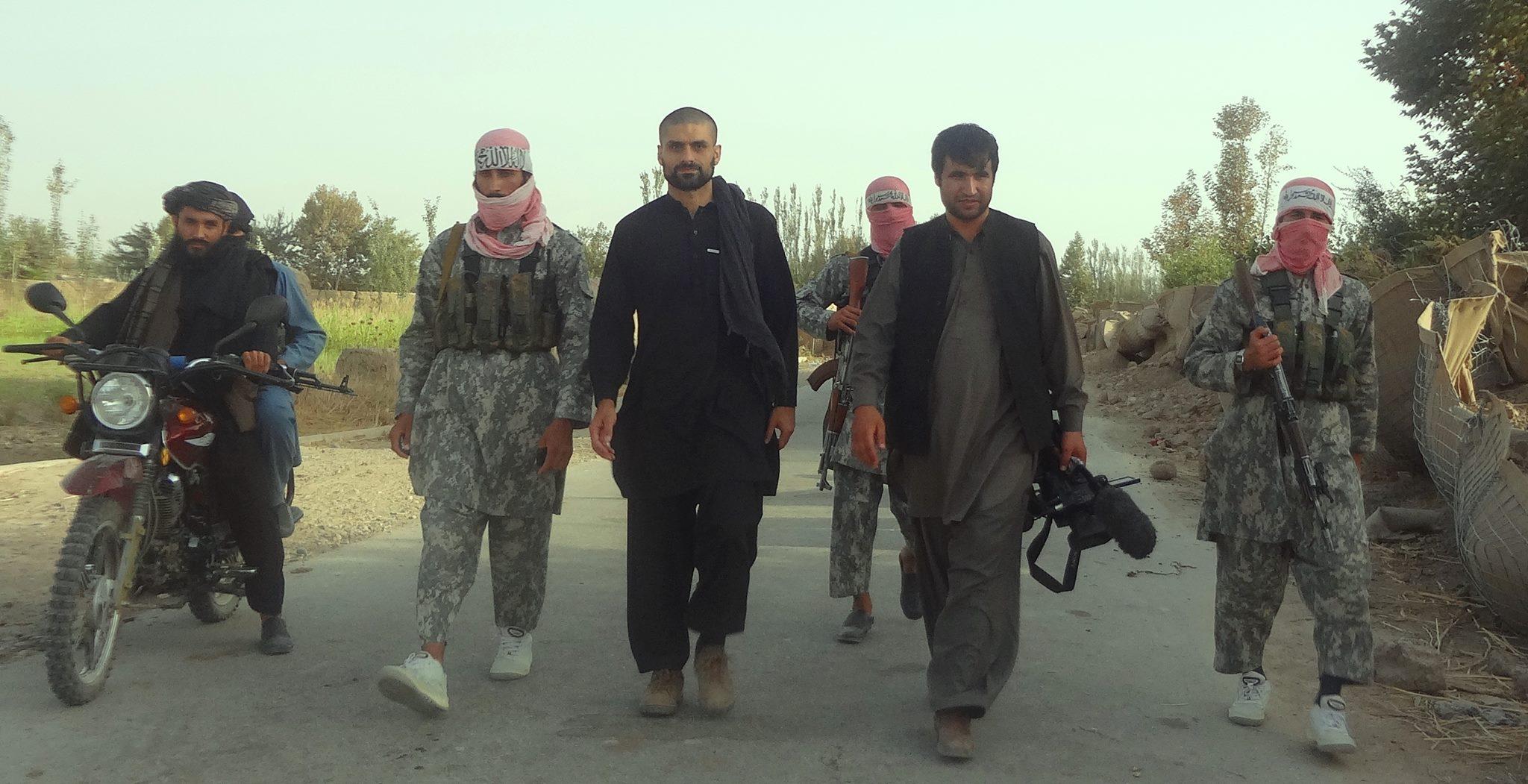 Nagieb Khaja med Taliban-venner.