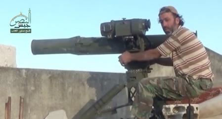 Nu afdøde 'Abu Omar' fra al-Qaeda gruppen Jabhat al-Nusra bemander her et mobilt amerikansk TOW anti-tank missilsystem i Khirbat al-Naqus, Hama.