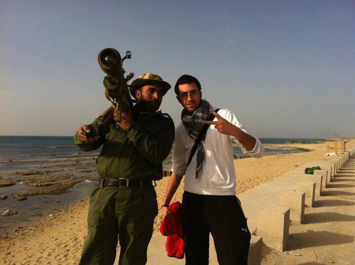 Den danske læge Mounim Korchi i Syrien. Formentlig med en anden frivillig nødhjælpsarbejder.